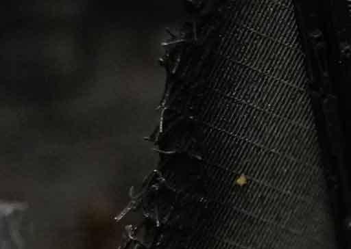 brins d'acier collés sur Tie écrasé