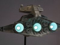 Destroyer stellaire impérial. Vue arrière, réacteurs secondaires éteints.