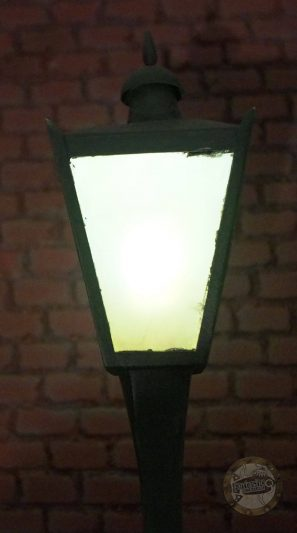 Blake and Mortimer - the yellow 'M' - street lamp light.