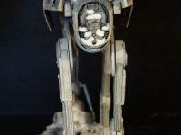 Quadripode impérial écrasant un snowspeeder durant la bataille de Hoth