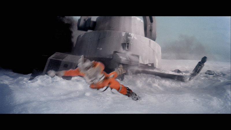 Copie d'écran de l'Empire contre-attaque : quadripode impérial écrasant le snowspeeder de Luke lors de la bataille de Hoth